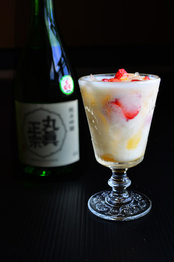 こちらは、日本酒とラッシーを合わせた、ジャパニーズカクテル。カレーにもよく合いうおいしさ。オレンジゼリーやベリーも浮かべて、デザート感も味わえる楽しいお酒です♪