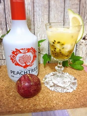 南国の香りのパッションフルーツと、ピーチリキュールを合わせた、夏らしいラッシーカクテル。炭酸水を注いで、しゅわっと爽やかにいただきましょう。