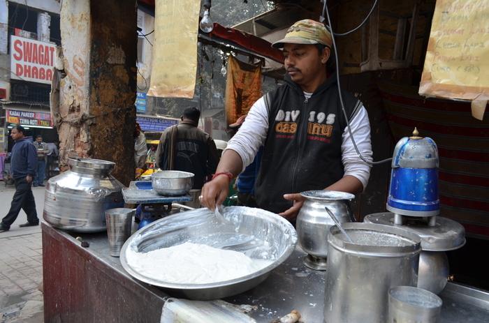 ラッシーは、インド生まれの飲み物で、街にはラッシー屋さんも。ダヒーと呼ばれるヨーグルトをべースに、ミルクやはちみつなどをブレンドしますが、どろりとしたものからサラッとしたものまでさまざま。