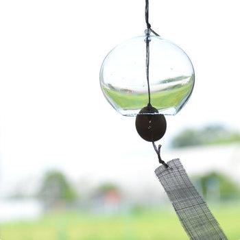 涼しげな音色を奏でて、暑さを和らげてくれる夏の風物詩ともいえる風鈴。シャボン玉のようにコロンと丸いフォルムは、「宙吹き(ちゅうぶき)」というガラス玉を膨らませる技法が用いられています。