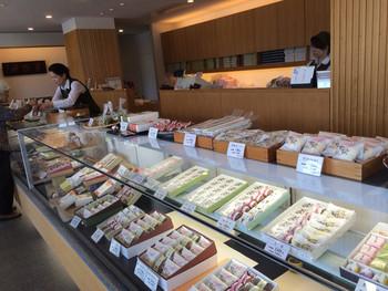 田中屋の創業は明治38年。110年以上もの歴史を持つ老舗の和菓子屋さんです。夏場に売れ行きが減る和菓子の代わりにはじめたアイスキャンデーですが、今やピーク時は1日に2,000本売れるという人気ぶり。