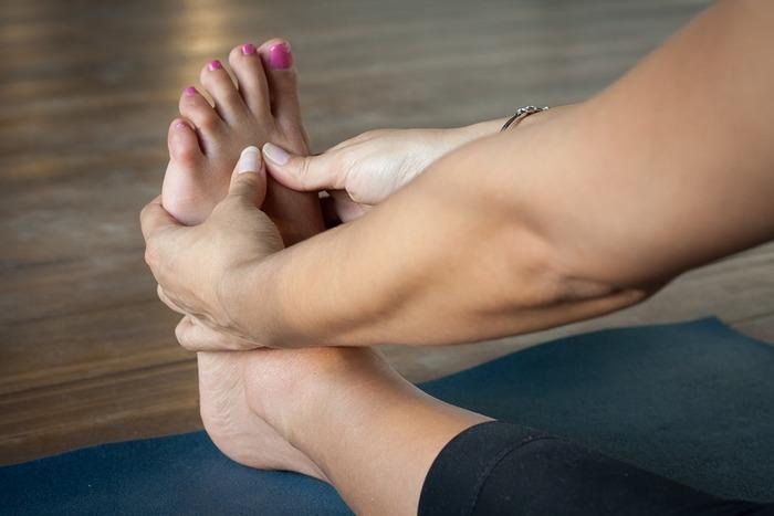 足や手のひら、頭などを軽くマッサージしてみるのもいいですね。力を入れすぎず、血管と筋肉の流れに沿って、そっとマッサージしてみましょう。体がリラックスして気持ちよさを感じると、心もふっと軽くなっていきます。