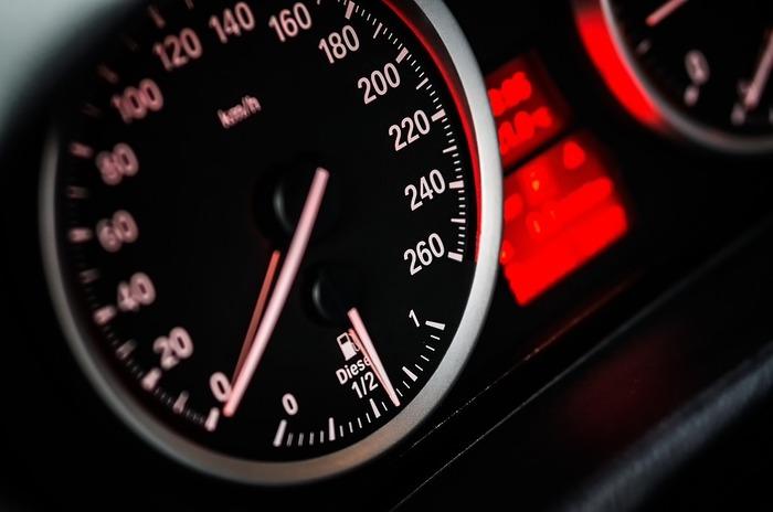 車を運転することができる人は、夜ドライブにおでかけしてみると心の曇りを晴らすきっかけになりますよ。遠くまで行く必要はありません。普段、行ったことのない場所へ行くと、運転に集中することができます。