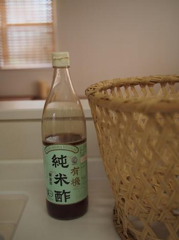 """お酢は殺菌作用があるのでお掃除には大活躍。いろんな種類がありますが、掃除や除菌に向いているのは""""穀物酢""""や""""ホワイトビネガー""""。リーズナブルに使いたい方は前者、ツーンとする独特な匂いが苦手な方は後者がおすすめです。"""