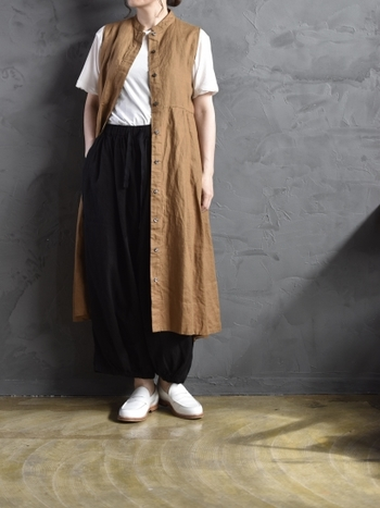 リネン素材のシャツワンピースは、羽織としても使える2wayアイテム。白や黒のアイテムを組み合わせたシンプルコーデにプラスするだけで、シックなコーディネートの完成です。