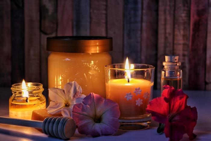 お風呂場の灯りを消して、アロマキャンドルを炊いてみるのもいいですね。心地よい香りと、揺らめくろうそくの炎に心がすうっとフラットになっていきます。