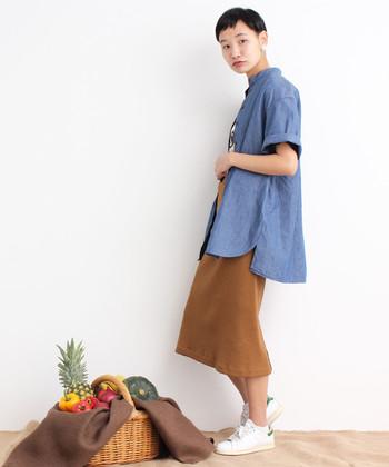 柔らかな光沢感のあるタイトスカートは、ブラウンカラーを選ぶだけで一気に大人なテイストに。デニムシャツやスニーカー、ロゴTシャツなどのカジュアル王道アイテムを合わせても、スッキリゆとりのある着こなしを楽しむことができます。