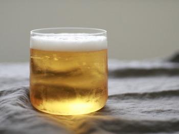 お酒の種類はなんでも大丈夫。すこし気分が落ち込んでいるときは、きれいなカラーのお酒をお気に入りのグラスに注いでみると楽しい気持ちになりそうです。ビールなら泡の分量にも気を遣い、氷を入れるお酒なら氷の大きさにも心を配ってみましょう。