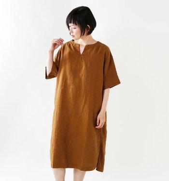 胸元にゆとりを感じさせる、スキッパーカラーのブラウンワンピース。一枚で着てもゆったりと落ちるシルエットが、女性らしさを引き出してくれる一枚です。ブラウンカラーのワンピースなら、素足やストッキングのみで着ても大人っぽくまとまりますね。