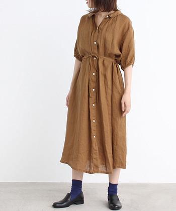 ロング丈のシャツワンピースは、ウエストにさりげなく施されたリボンや小さめの襟デザインがキュートな一枚。ボタンを閉めてシャツワンピース一枚で着こなすのも、ボタンを開けて羽織として活用するのも自由自在。ブラウンカラーが大人の落ち着きを感じさせるコーディネートに仕上がります。