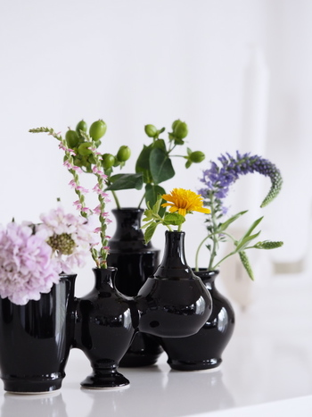 ユニークな花器に違う種類のお花を生けてあげると、お花の個性をじっくりと考える機会になりそうです。一本一本のお花に触れてかたちや手触りを確かめることに集中することで、心のもやもやがすっと晴れていきますよ。