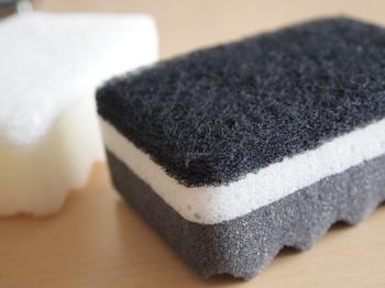 やかんを磨くときには、スポンジはぜひ新しいものを出して。それだけで、効率的に磨くことができますし、気持ちよく作業することができます。