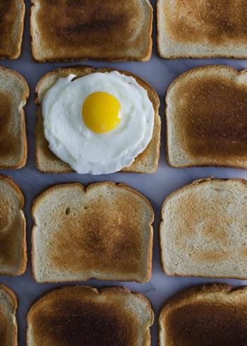 うっかり焦がしてしまったトースト。こちらは炭と同じ効果で消臭剤や除湿剤として使えます。消臭の場合、冷蔵庫の中にそのままお皿に乗せたりナプキンにくるんで使いましょう。除湿剤としては、固まった砂糖に使うとさらさらにしてくれますよ。パンは食品なので、やはりキッチンで使うのが良さそうですね。