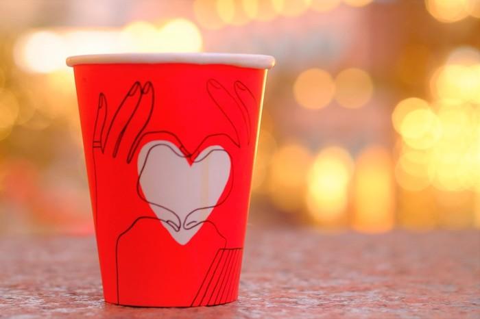 近くのカフェでテイクアウトのコーヒーを買って、飲みながらドライブすると、夜ドライブのひとときがより素敵なものになりそうです。最近は、コンビニのコーヒーも美味しいものが多いので、お気に入りの味を探しておくといいかもしれません。