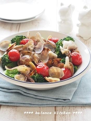 あさりの出汁がきいた味わい深く華やかレシピはホームパーティにもぴったり。 野菜の彩りに食欲もわいてきそう♪ 手が込んでいるように見えますが、プライパンでさっと炒めて蒸すだけの簡単レシピです。