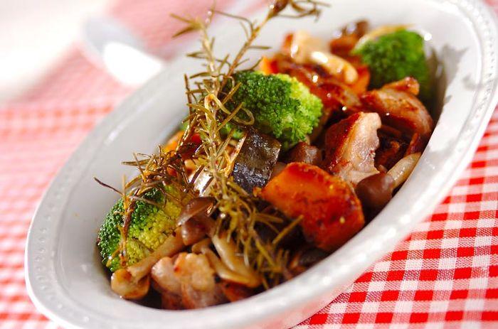 じっくり蒸して、野菜もお肉も旨味をたっぷり引き出しましょう。 このようなシンプルなレシピのときは、ハーブ類はなるべく省略せず、しっかり量を使うことが美味しさの秘訣です。