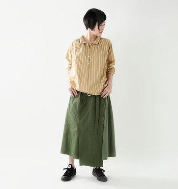 ベージュ×ストライプの組み合わせは、上品さとトレンド感を兼ね備えたスタイリング。こちらはストライプ柄のベージュシャツに、カーキのロングスカートを合わせています。ベージュ×カーキが好相性で、カジュアルなのに品を感じるコーディネートに。