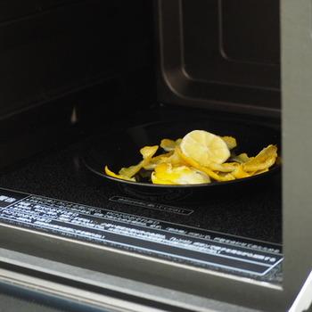 お皿にレモンの皮を乗せて、電子レンジで1分チンします。それだけでも消臭効果があるのですが、冷めた後にレモンの皮で内部をこすると汚れが落ちます。