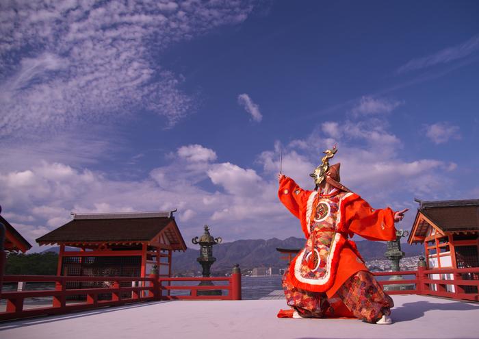 世界遺産の厳島神社(写真)や、原爆ドーム、平和記念資料館、日本庭園の縮景園など――。 観光スポットが集中している日本屈指の観光都市「広島」。国内だけでなく海外からの観光者数も年々増加しています。  なかでも今回、スポットを当てるのは……県庁所在地「広島市」。実はお買い物好きの方にとって、たまらないスポットなんです。