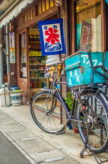 ひと昔前は、自転車に氷旗をはためかせて走るアイスキャンディー屋さんが夏の風物詩だったそうです。現在ではすっかり見かけませんが、風情を感じさせるレトロなアイスキャンディーは全国にたくさん残っています。昭和の時代に想いを馳せつつ、懐かしい味を楽しんでみませんか。