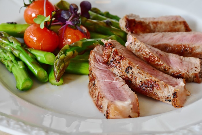 いかがだったでしょうか?お肉の焼き方をしっかりマスターすると、自分のレシピも増え、献立のレパートリーも広がります。今度の特別な日はお家でおいしくお肉を焼いて乾杯してみるのはいかがですか?また新しいお料理の楽しみが増えますよ。