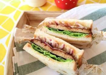 夏バテにはうなぎ!でも実はこちらは魚のすり身を使った蒲焼き風のサンドイッチなんです。レタスのシャキシャキ食感と蒲焼きのタレがやみつきになる、絶妙な組み合わせです♪
