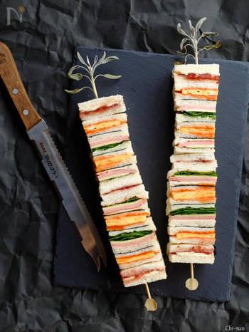 串に刺しただけなのに、なんとも素敵でおしゃれな見た目のサンドイッチが完成。おもてなしにもピッタリです。お好みの具材を挟んでカラフルに仕上げるのがポイントです。