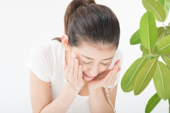 【A】35度前後の「ぬるま湯」が良いとされています。  洗顔時の水温が低いと毛穴が閉じた状態のまま洗うことになるので、しっかりと汚れを洗い流すことが難しいことも。逆に水温が高すぎると、お肌の保湿成分や肌にとって必要な皮脂までもがお湯で流れやすくなってしまう可能性がでてきます。水温が低すぎず高すぎない「ぬるま湯」を使う洗顔が肌に良いとされています。