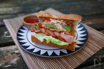 大根と人参のなます・焼き豚を使ったベトナム風のサンドイッチ。お酢が効いて夏にもサッパリと食べられるオススメの組み合わせです。お好みでチリソースをかければ良いアクセントに♪