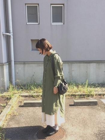 シャツワンピース×ロングスカートのリラックス感のあるレイヤードスタイルの足元にサボを合わせて。ビッグシルエットにも負けない存在感が魅力です。