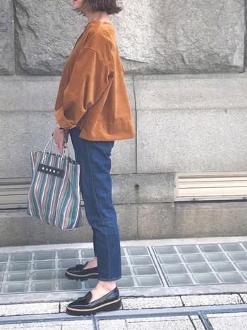 クラシカルなタッセル付きのローファーは、タイトなデニムパンツですっきりとコーデ。あたたかみのあるコーデュロイ素材のブラウスを、ふんわりと着こなしています。