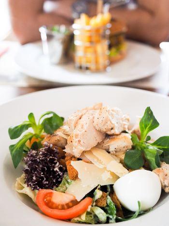 たんぱく質は身体作りに欠かせない栄養素で、体内でアミノ酸に分解され筋肉を修復し疲れた身体を正常に戻る助けをしてくれます。そんなたんぱく質を豊富に含むおすすめ食材は「鶏肉」。中でもむね肉は高たんぱく低カロリーなのでダイエットを心掛けている方にもおすすめ。また、鶏むね肉にはイミダペプチドという疲労回復物質も豊富に含まれています。