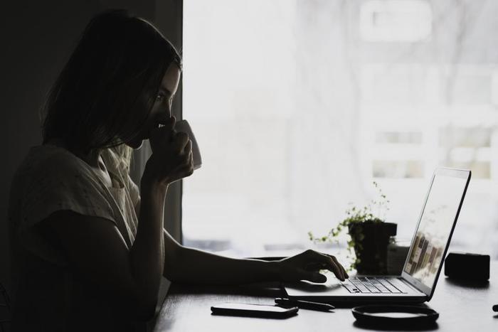 仕事や家事に追われて余裕がなかったり、仕事で失敗をしてしまって落ち込んだり、日々の暮らしをおくる上で私たち現代人は、どうしてもストレスを切り離せないですよね。そんな日々のちょっとしたストレスを感じた時こそ1分間の呼吸トレーニングを取り入れてみてください。