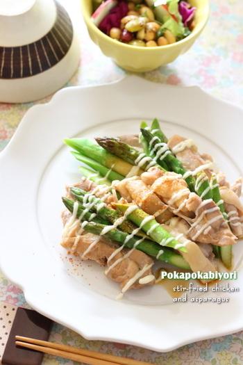 鶏もも肉もむね肉同様、たんぱく質がたっぷり含まれています。アスパラガスと一緒にさっぱりとした蒸し料理で元気回復を。