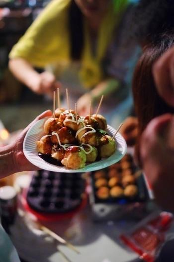 休日のブランチや、おやつ代わりにもなるだけでなく。家族や仲間とのパーティーにも適しており、お家の味も手軽に作れるたこ焼き。そんな季節を問わず美味しくいただけるたこ焼きをマスターして、次の休日はお家で家族や仲間と美味しく楽しい時間を過ごしてみてはいかがでしょうか。また、本場の味を食べてみたいという方は、旅行がてら、大阪でたこ焼きの食べ歩きも良い想い出になりそう。