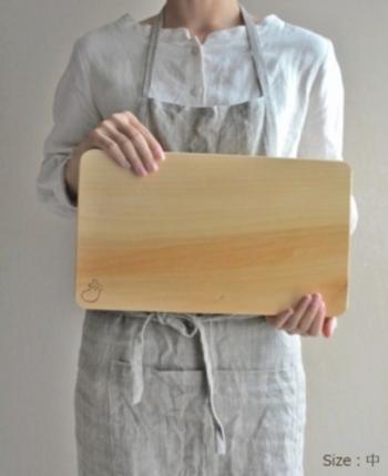 木のまな板はどうしても表面に傷がついてしまいますが、それもまたお手入れ次第で長く使えます。お店で表面だけ軽く削ってもらえば、また新品同様にきれいなまな板の出来上がりです。