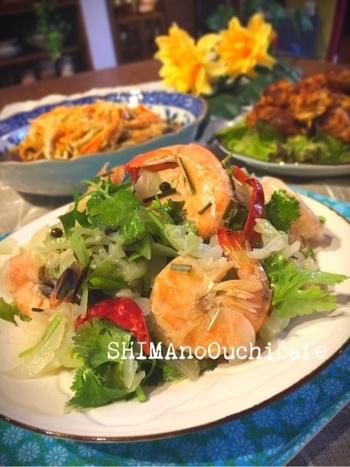 レモングラスやナンプラー、パクチーなど東南アジア料理の食材をふんだんに使った、タイ風のガーリックシュリンプ。エビのうまみとキャベツの甘みがからんで、素敵なエスニック料理ができあがります。