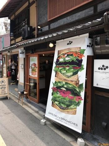 美山や大原の野菜をメインに、カラフルな具がたっぷり挟まれたサンドイッチの写真が人目を引く「ダイズデリ&サンドイッチ」。オフィス街の古民家を改装したこちらのお店には、女子受け間違いなしのおしゃれサンドイッチが豊富に揃っています。