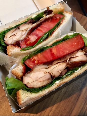 一番人気の「バルサミコチキンとトマトのサンドイッチ」。こちらのサンドイッチは見た目のおしゃれさだけではなく、ボリュームも味も満足のゆくものばかり。専用サンドイッチボックスに入れてくれますので、ピクニック気分も味わえちゃいます♪