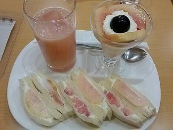 こちらは桃づくしのミニパフェセット。お値段ははりますが、桃サンドからパフェ、桃ジュースと、季節の美味しい桃を味わい尽くせるセットになっています。「フルーツパーラー ヤオイソ」さんのフルーツサンドは、その季節ごとに美味しいものを取り入れているので、柿サンドイッチやメロンサンドイッチのミニパフェセットもお目見えします。フルーツ専門店ならではの新鮮なフルーツサンドを食べることが出来ますよ。