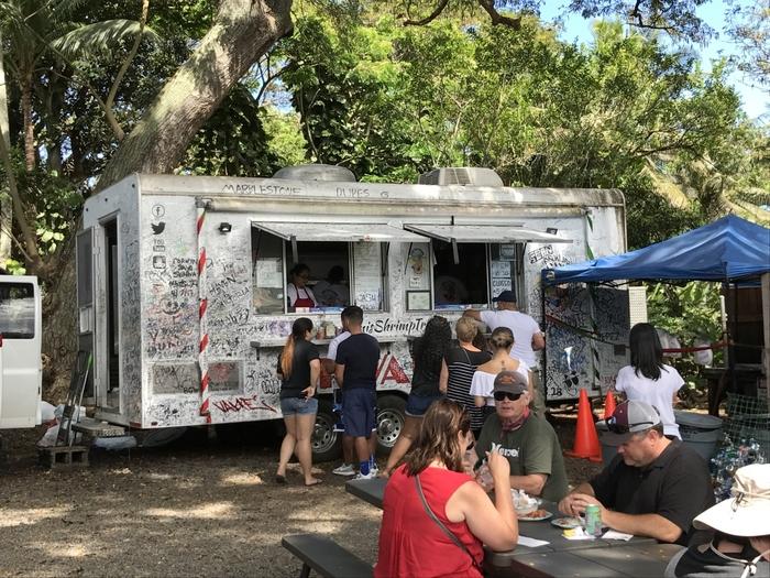 発祥は、エビの養殖池が多くある、ハワイのカフクという町。ワゴントラックで調理するガーリックシュリンプの屋台がノースショア・ハレイワなどに出店すると、たちまち名物になったのだとか。こちらは、発祥店「ジョバンニ」。