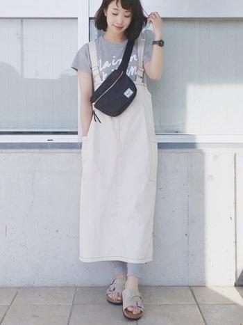ライトグレーのTシャツとレギンスには、よりトーンの明るいジャンバースカートを合わせてライトに。バッグと時計を黒にすれば、全体的にメリハリの効いた大人なモノトーンスタイルに。