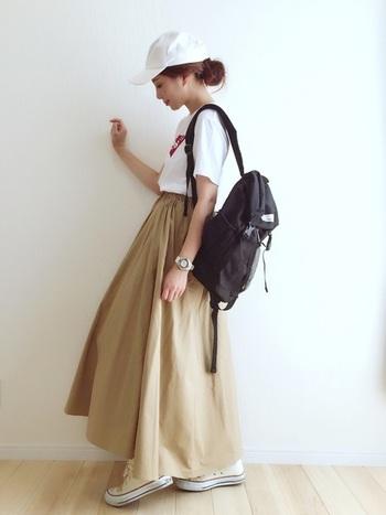 白T+チノフレアスカートには、白のコンバースと白のキャップで爽やかさをサンド。バッグの黒をコーデの引き締め役にすれば、メリハリバッチリの大人カジュアルコーデのできあがり。