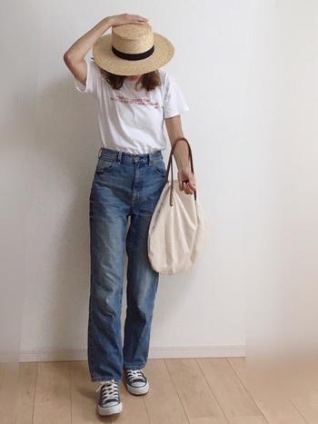 デニムとコンバースの定番コーデに、カンカン帽をプラスすることで一気に夏仕様に!日差しの下でも白ロゴTなら爽やか♪