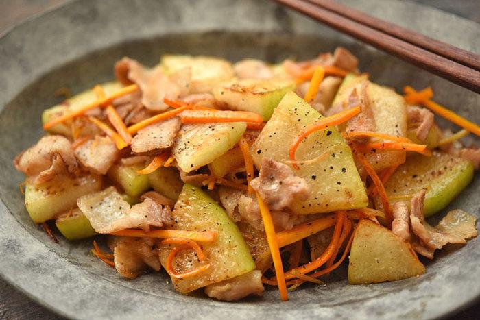 ガッツリめの一皿にしたいならこちら、豚バラ肉との炒め物レシピ。冬瓜があっさりとしている分、豚バラや粗びき黒コショウでバランスをとるのがポイントです。冬瓜は食感を残す為に少し厚めに切り、他の食材とわけて弱火でじっくりと炒めましょう。