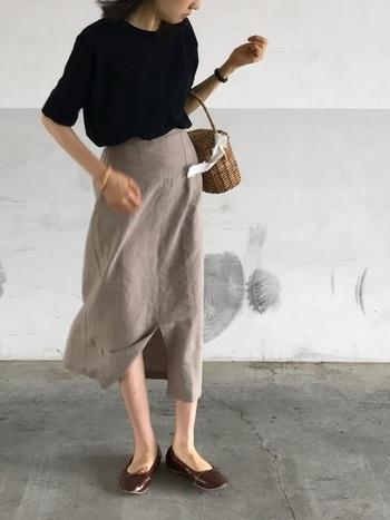 半袖ニット×タイトスカートのマットなスタイリングに、光沢のあるブラウンカラーのバレエシューズで質感のアクセントを加えて。スカートのフロントスリットが脚を美しく見せ、女性らしいしなやかさを引き出しています。