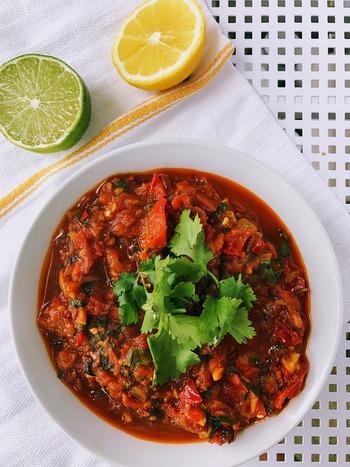 夏においしいトマトをたっぷり使った「サルサソース」は、サラダのようなフレッシュ感が魅力♪どんな料理にも合わせやすいので、ぜひマスターしましょう。ピリリと辛みをきかせて、夏満喫のひと皿に!