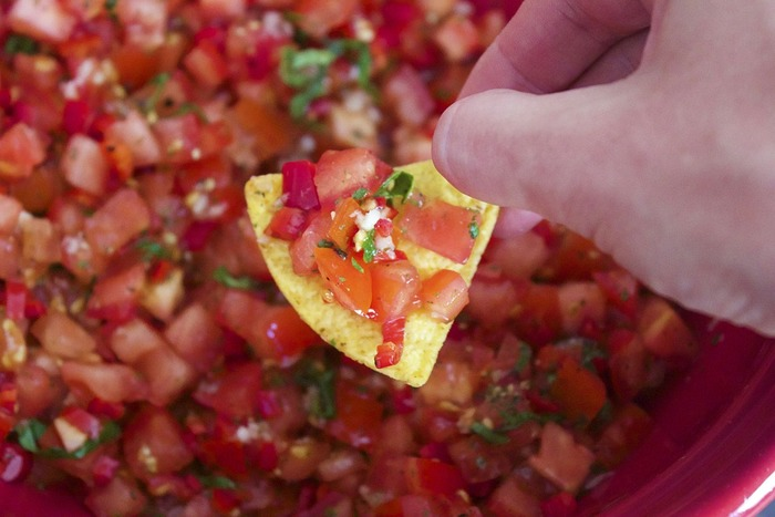 冷蔵庫にある材料で簡単にできてしまうサルサソース。フレッシュで刺激的なソースは、夏の料理に新しい風味をもたらしてくれます。タコスはもちろん、肉・魚介料理や冷製パスタや素麺まで、使い方の幅も広いので、いろいろなコンビネーションを楽しんでみませんか?