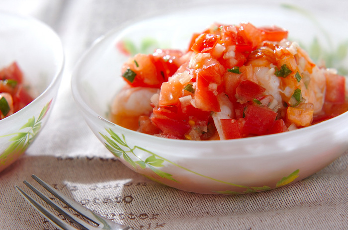 蒸し焼きにしたエビを、サルサソースと和えて冷やします。前菜にもおつまみにもなる、おしゃれな一品です。