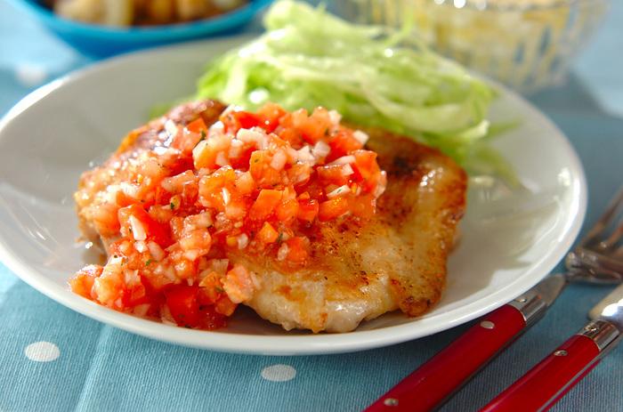 カリッと焼いた鶏もも肉に、サルサソースをたっぷりかけて。ジューシーでうまみいっぱいのお肉と、さっぱりしたサルサソースがとてもいいバランス。夏におすすめのメインおかずです。